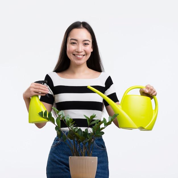 Bewässerungsblume der vorderansichtfrau Kostenlose Fotos