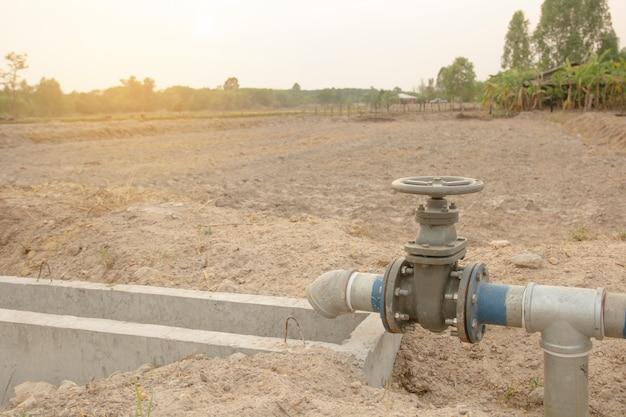 Bewässerungsrohr und wasserventil für die landwirtschaft auf dem land Premium Fotos