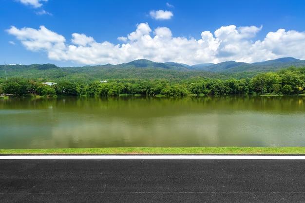 Bewaldeter gebirgsblauer himmel mit weißen wolken Premium Fotos