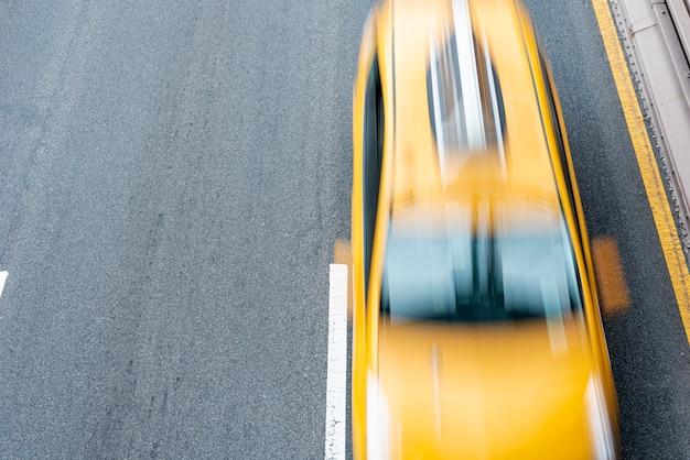 Bewegliches taxi auf der draufsicht der straße Premium Fotos