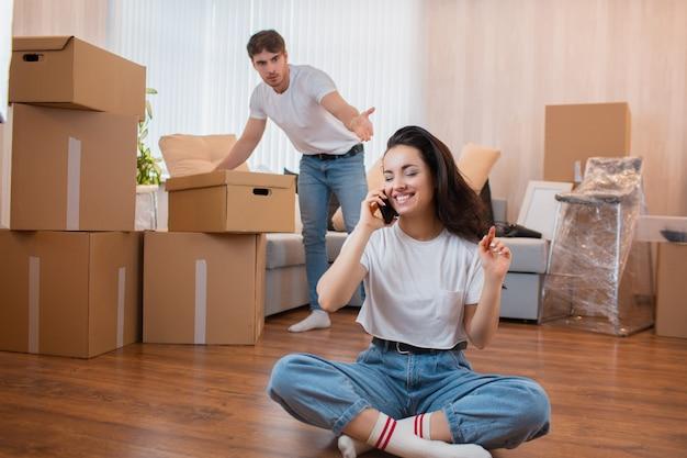 Bewegungs- und beziehungskonzept. er ist nicht zufrieden. mann packt die kisten aus. Premium Fotos