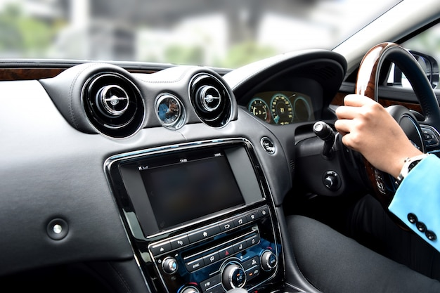 Bewegungsgeschwindigkeit innerhalb der autoansicht mit kamera- und radioluxusfahrzeuginnenraum Premium Fotos