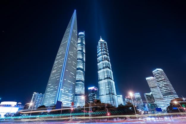 Bewegungsgeschwindigkeitseffekt mit city night Premium Fotos