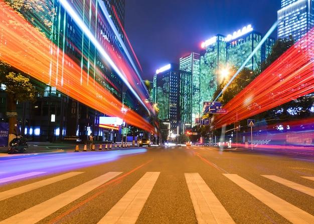 Bewegungsgeschwindigkeitseffekt mit stadtnacht Kostenlose Fotos