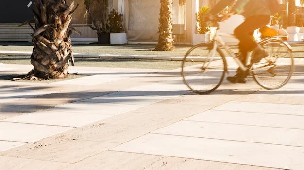 Bewegungsunschärfe einer person mit dem fahrrad im park Kostenlose Fotos