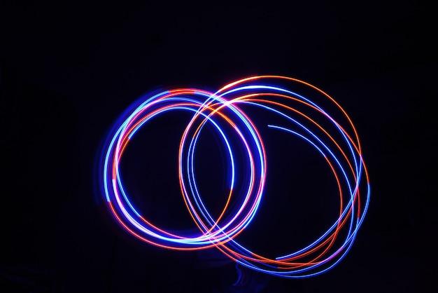 Bewegungszyklus der farblichtlampe bei langzeitbelichtung im dunkeln. Premium Fotos