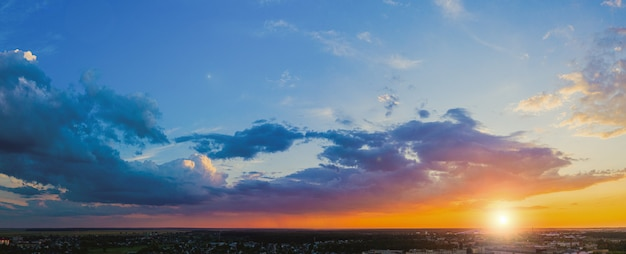 Bewölkte landschaft bei sonnenuntergang. abendhimmel panorama Premium Fotos