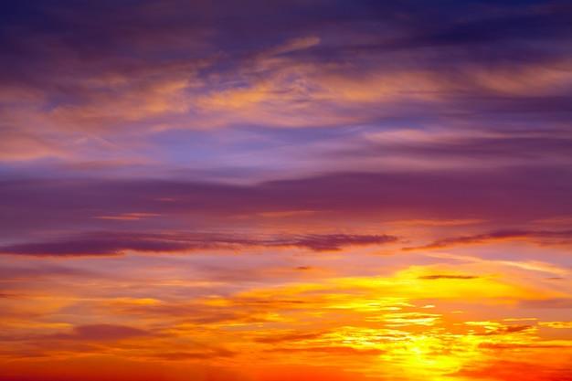 Bewölkter himmel im morgengrauen Kostenlose Fotos