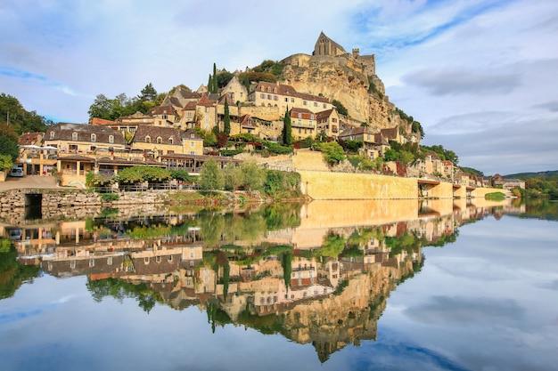 Beynac-et-cazenac ist ein dorf, das als eines der schönsten dörfer frankreichs gilt. Premium Fotos