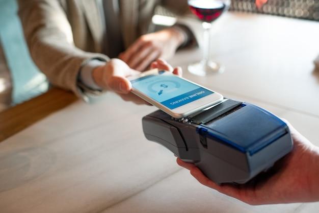 Bezahlen im restaurant mit smartphone Premium Fotos