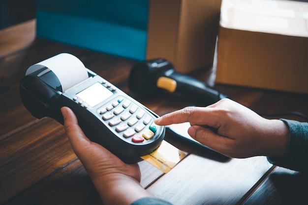 Bezahlen mit kreditkarte, kaufen und verkaufen von produkten mit einem kreditkarten-swipe-automaten Premium Fotos