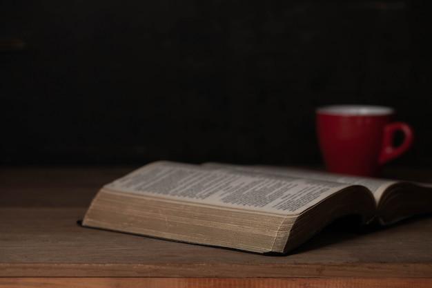 Bibel und eine tasse kaffee für den morgen Kostenlose Fotos