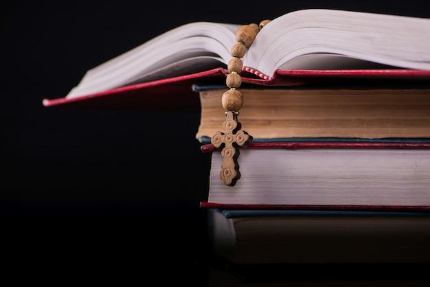 Bibel und kreuz im religiösen konzept Premium Fotos