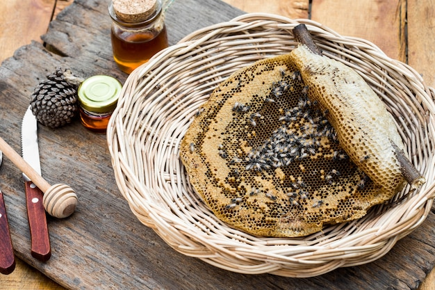 Bienenwabe im korb auf holztisch Premium Fotos