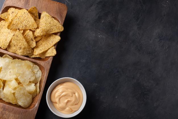 Bier mit snacks sind pommes und nachos. Premium Fotos