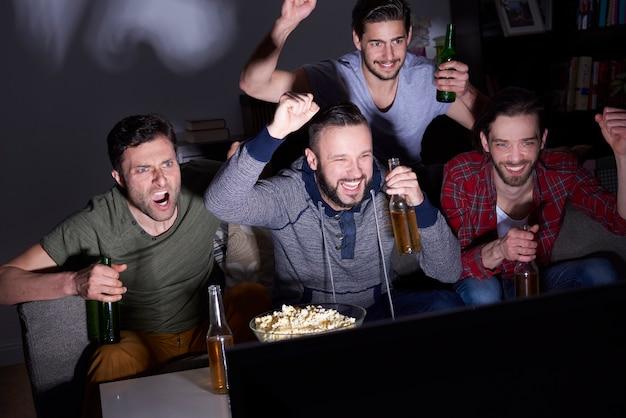 Bier, popcorn und viel spaß Kostenlose Fotos