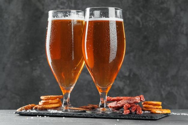 Bier und appetitliche biersnacks eingestellt. Premium Fotos