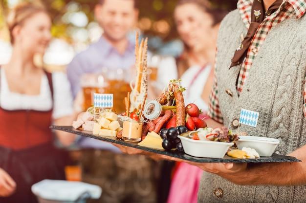 Bier und snacks werden auf dem oktoberfest serviert Premium Fotos