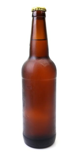 Bierflasche auf weißem hintergrund Premium Fotos