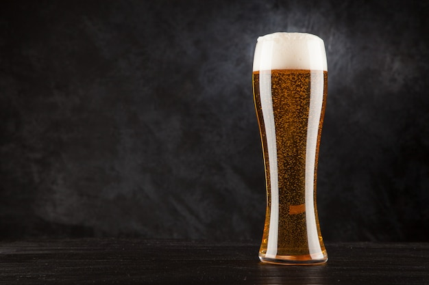 Bierglas auf dunklem hintergrund Premium Fotos