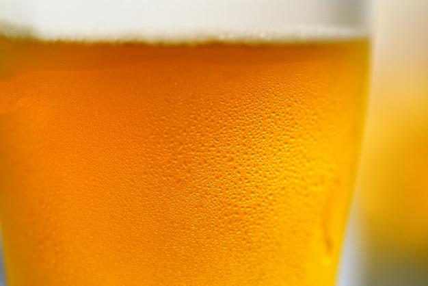 Bierglas nahaufnahme von blasen bierkrug mit wassertropfen Premium Fotos