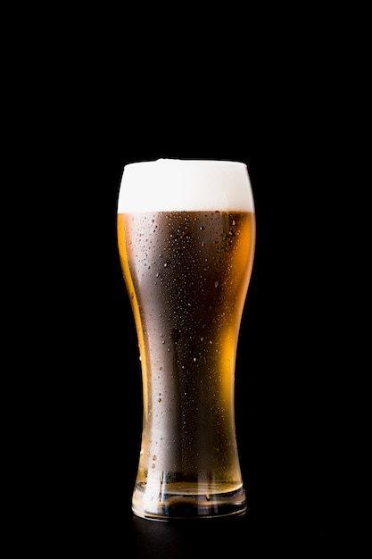 Bierglas vor schwarzem hintergrund Kostenlose Fotos