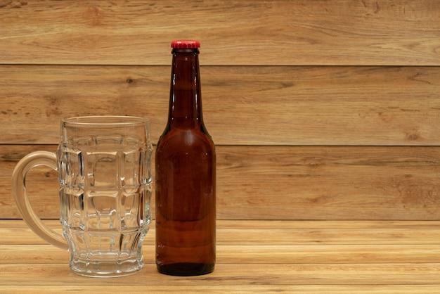 Biergoldflasche mit glas für bier Premium Fotos