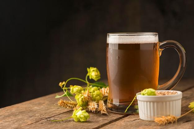 Bierkrug und weizensamenanordnung Premium Fotos