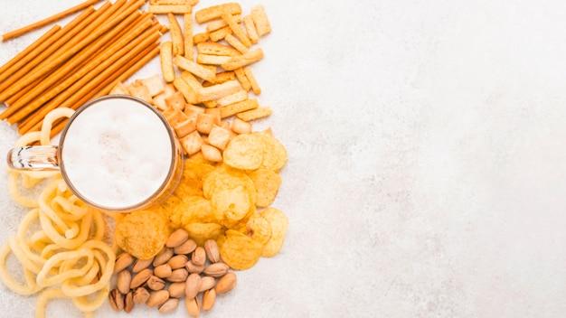 Bierkrug von oben auf snacks Kostenlose Fotos