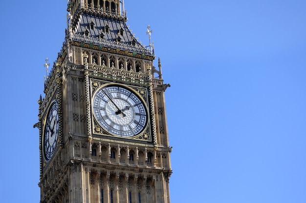 Big ben in london mit hintergrund des blauen himmels Premium Fotos