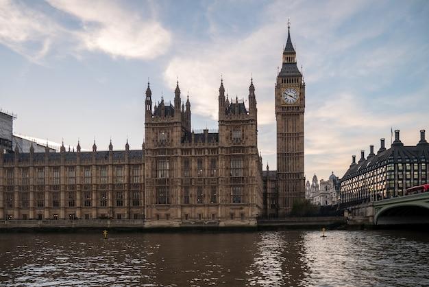 Big ben in london von der themse. Premium Fotos