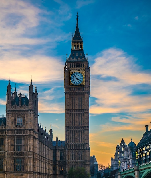 Big ben in london von der themse. Premium Fotos