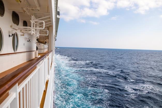 Big cruise liner während einer kreuzfahrt nach griechenland Premium Fotos