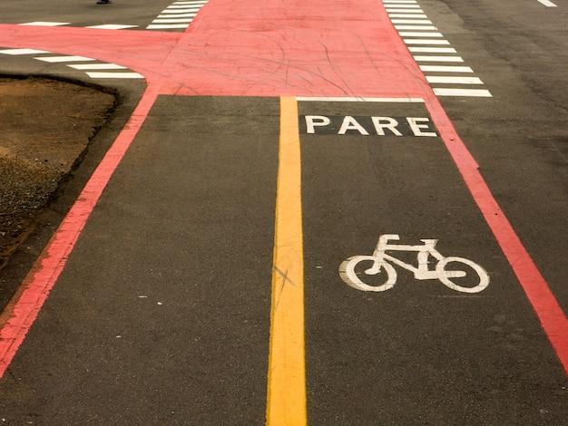 Bike lane schilder auf straßenboden Premium Fotos