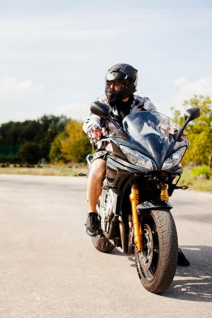 Biker fahren auf der straße Kostenlose Fotos