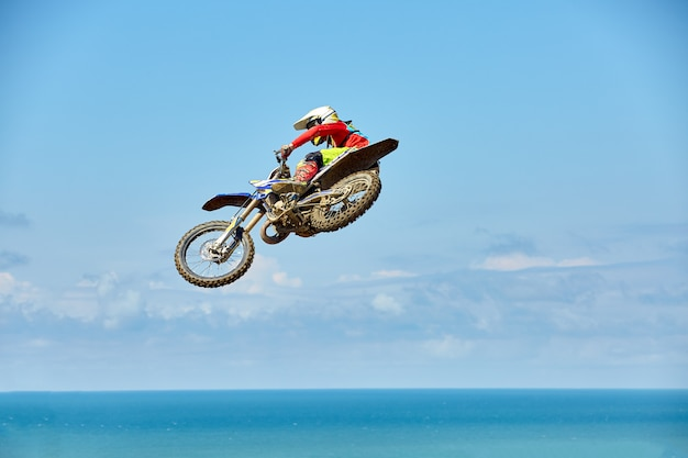Biker macht den trick und springt in die luft. extremes konzept, adrenalin. Premium Fotos
