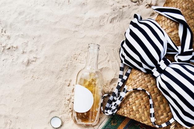 Bikini cider beach chill-freizeit-küsten-ufer entspannen sich konzept Kostenlose Fotos