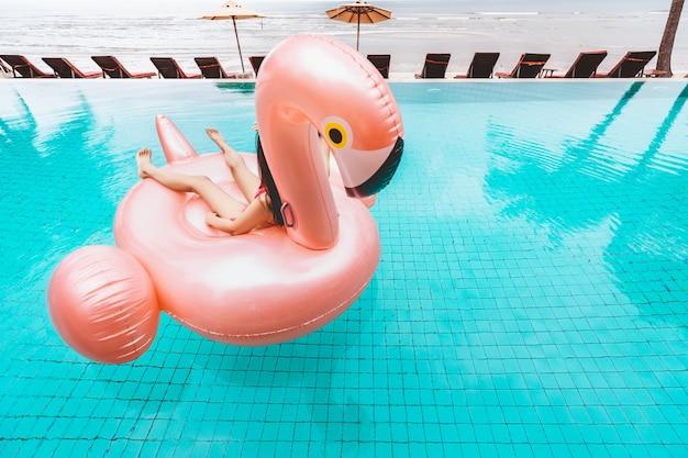 Bikinifrauenentspannung auf poolfloss Premium Fotos