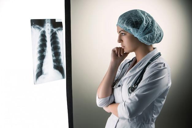Bild der attraktiven ärztin, die röntgenergebnisse betrachtet Kostenlose Fotos