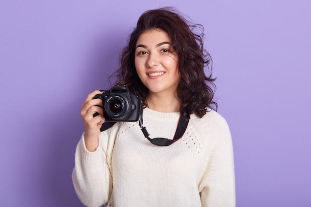 Bild der charmanten magnetischen jungen frau mit den lockigen schwarzen haaren Kostenlose Fotos
