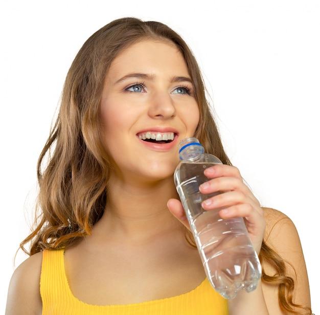 Bild der schönen frau mit flasche wasser Premium Fotos