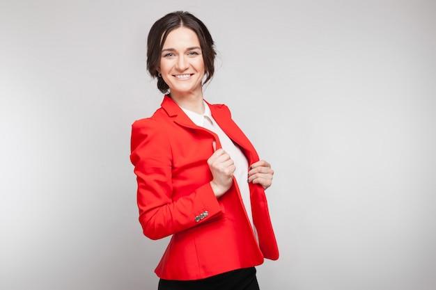 Bild der schönheit in der roten blazerstellung Premium Fotos