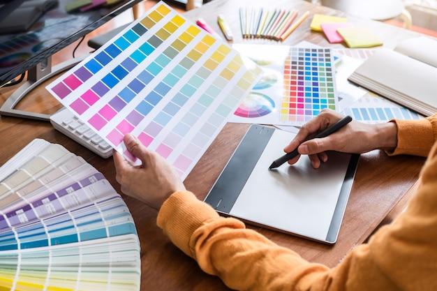 Bild des grafikdesigners arbeitend an farbauswahl und zeichnung auf grafiken Premium Fotos