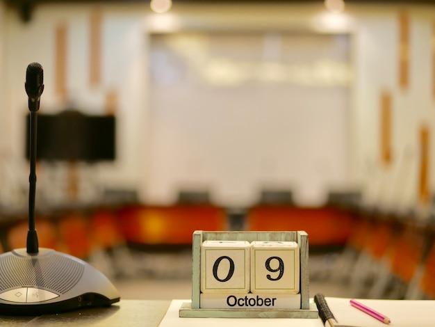 Bild des hölzernen Kalenders am 9. Oktober auf dem Tisch   Download ...
