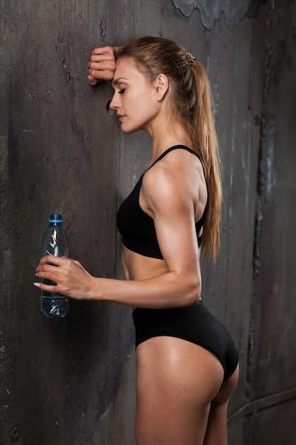 Bild des muskulösen jungen weiblichen athleten Premium Fotos
