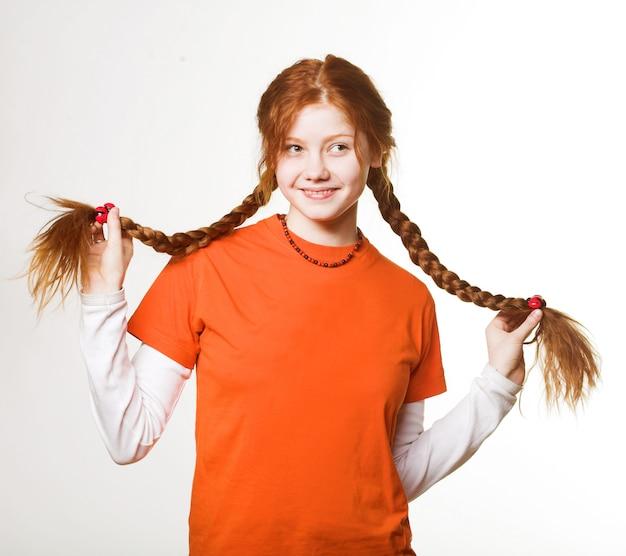 Bild des reizenden rothaarigemädchens mit langen borten Premium Fotos