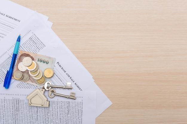 Bild des wohnmietvertrages mit geld und schlüsseln. Premium Fotos