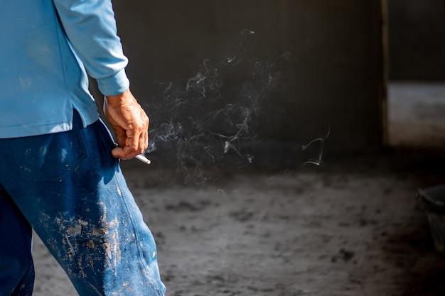 Bild einer zigarette nah oben in der hand eines rauchers Premium Fotos