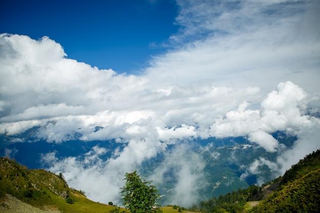 Bild von berghängen mit vegetation, bewölkter himmel Premium Fotos
