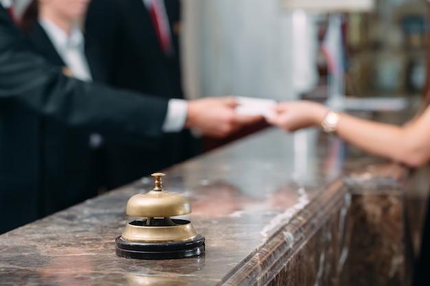 Bild von gästen, die eine schlüsselkarte im hotel erhalten, Premium Fotos